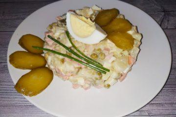Салат-Оливье-с-вареной-колбасой