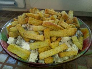 Салат с грибами, сухариками и сыром