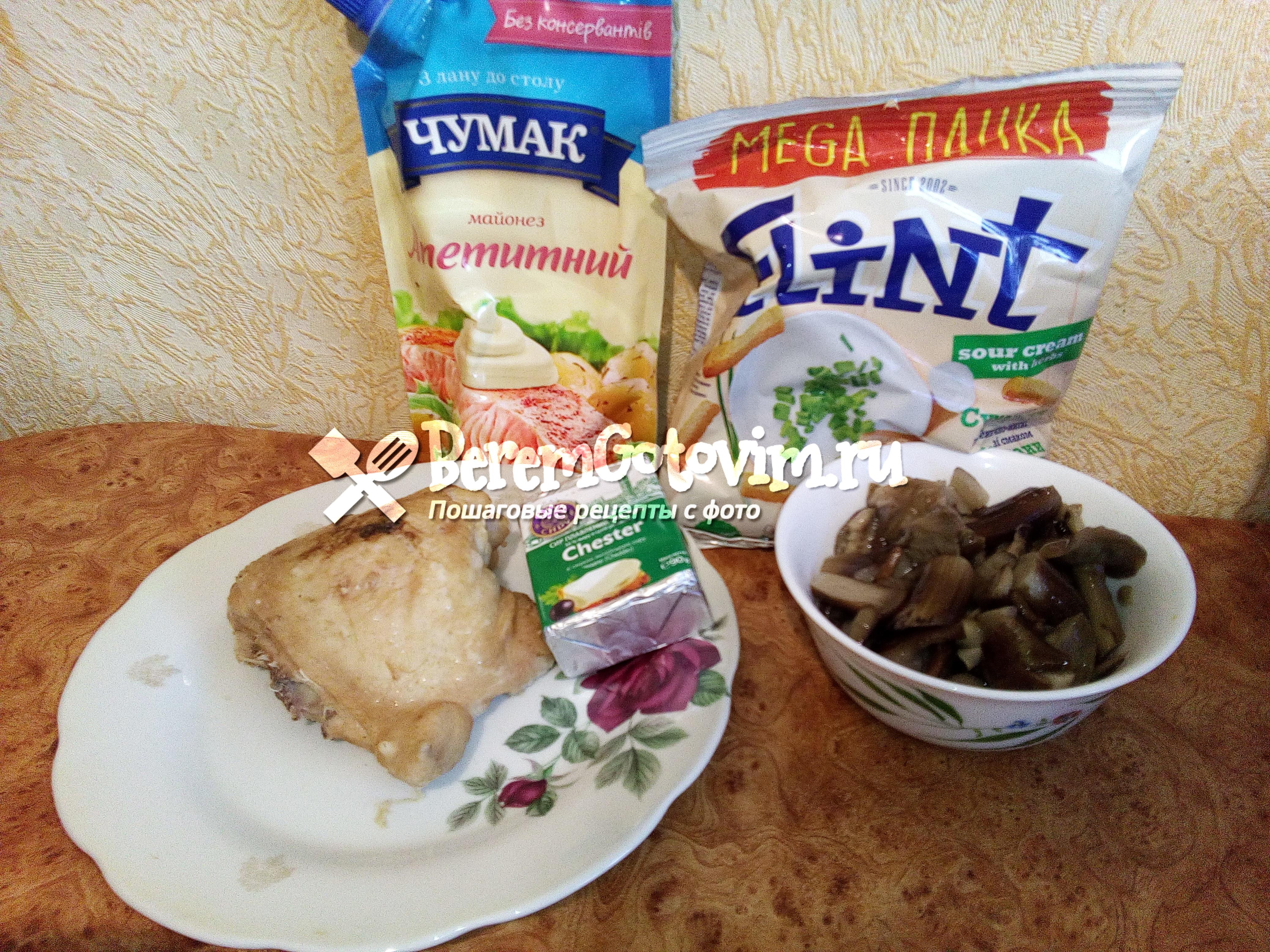 Ингредиенты для салата с грибами, сухариками и сыром