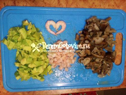 Измельчаем грибы, креветки, авокадо