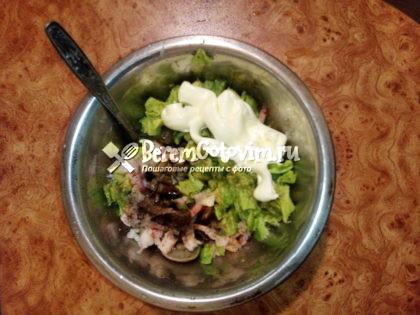 Смешиваем ингредиенты для салата