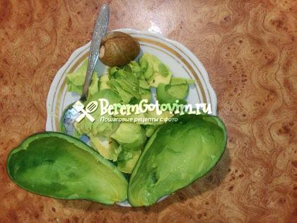 Вынимаем мякоть из авокадо