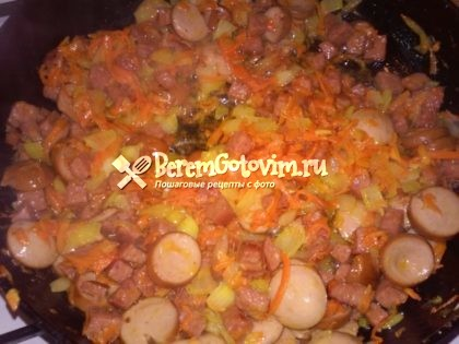 обжариваем-сосиски-с-луком-и-морковью