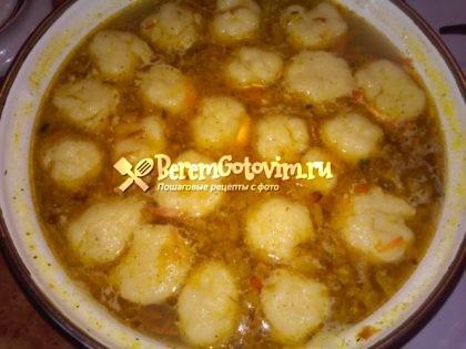 Куриный суп с клецками готов