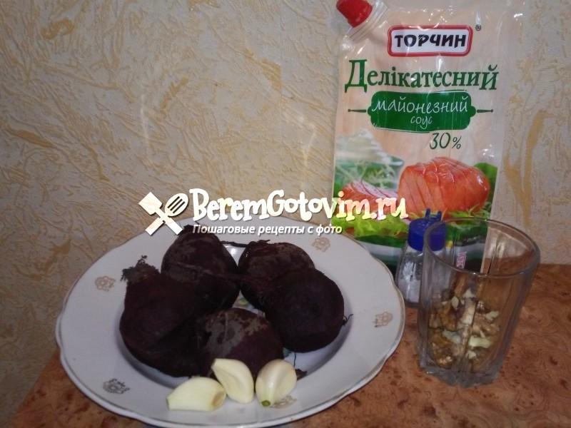 ингредиенты для Салата из свеклы с орехами и чесноком