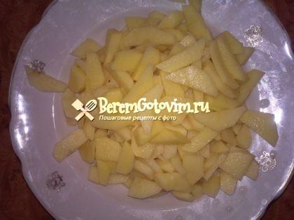 режем-картофель-на-брусочки