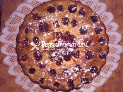 Пирог с вишней на кефире готов