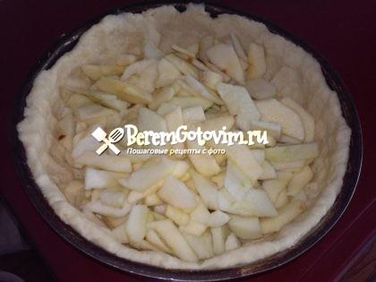 выкладываем-на-тесто-яблоки