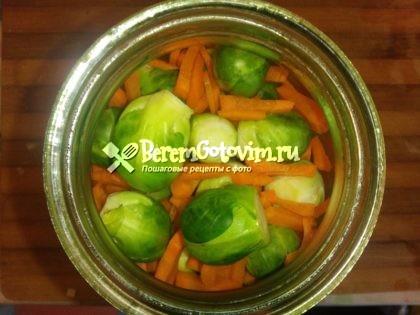засыпаем-в-банку-капусту-и-морковь
