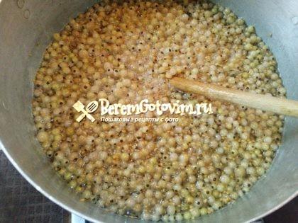 добавляем-в-сироп-смородину