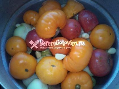 сверху-помидор-чеснок