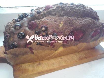 Шоколадный кекс с ягодами готов