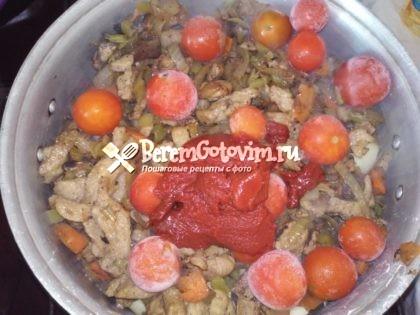 добавляем-помидоры-томатную-пасту