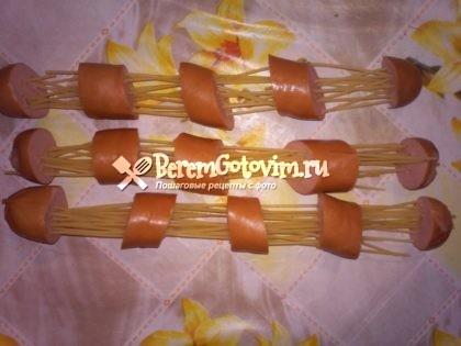 протыкаем-сосиски-спагетти