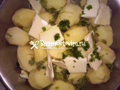 смешиваем-картофель-с-маслом-и-петрушкой