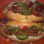 Домашний хот-дог с сосиской