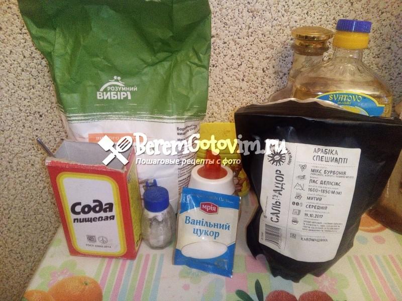Нагрейте духовку до 180 градусов. Застелите форму для пирога бумагой для выпечки, смажьте оливковым или растительным маслом и присыпьте мукой. Смешайте муку, какао, соду и соль. В отдельной миске смешайте сахар, масло, воду, уксус и кофе. Взбейте пока сахар полностью не растворится. Смешайте обе смеси до однородной массы. Перелейте тесто в приготовленную форму и выпекайте 35-40 минут. Полностью остудите и нарежьте. Сверху можно покрыть самым простым шоколадным кремом или присыпать тертым шоколадом. Приятного аппетита!