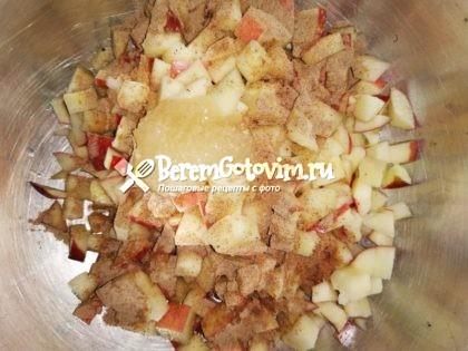 посыпаем-яблоки-специями