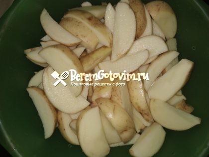 режем-картофель-дольками