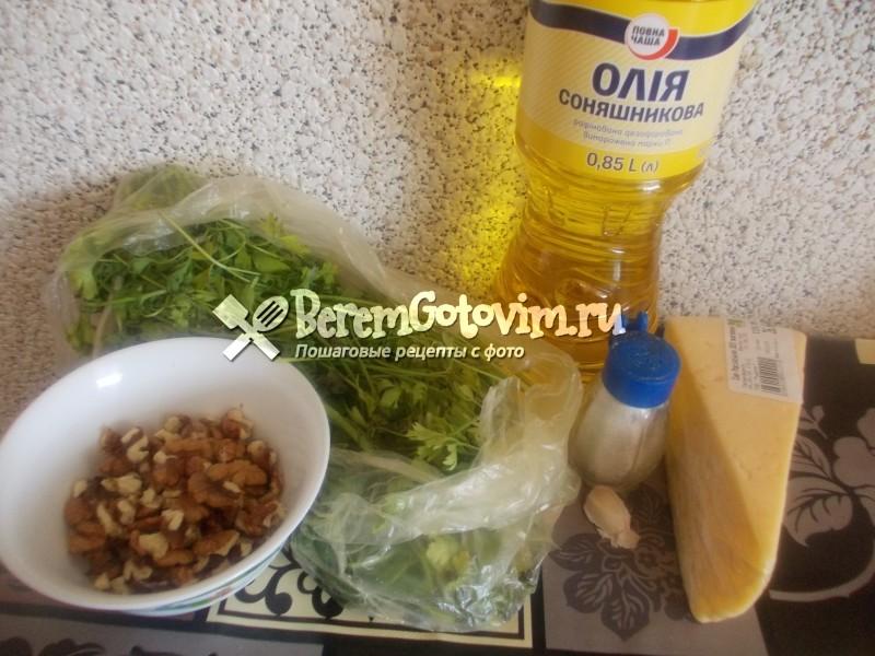 ингредиенты-для-соуса-песто-из-петрушки.