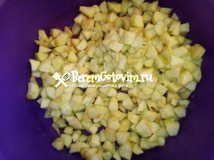 режем-яблоки-кубиками