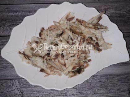 Приготовление: Скумбрию слегка разморозьте, очистите от внутренностей, поскребите, удалите голову и плавники. Натрите тушки солью и перцем, положите на смазанный растительным маслом противень и запекайте в течение 20-25 минут при температуре 180 градусов. Затем дайте рыбе немного остыть, вытащите хребет и другие косточки. Лук мелко нарежьте, обжарьте на растительном масле до золотистого цвета и вместе со скумбрией и сливочным маслом взбейте блендером или дважды пропустите через мясорубку. Добавьте в получившуюся массу по вкусу соль, черный молотый перец и приправу для рыбы. Тщательно вымешайте и выложите в подходящую емкость. Вариант рецепта: при желании в этот паштет для пикантности можно добавить цедру одного лимона и пару чайных ложек лимонного сока.