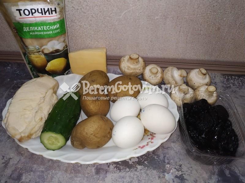 ингредиенты-для-салата-венеция-с-курицей-и-черносливом